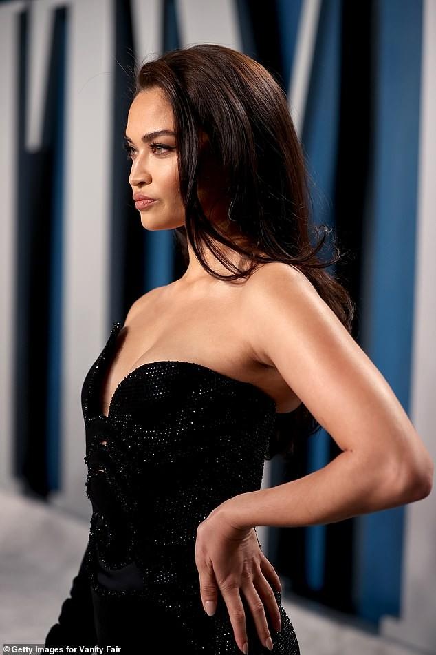 Shanina Shaik đẹp tựa nữ thần với đầm xẻ đùi siêu gợi cảm - ảnh 3