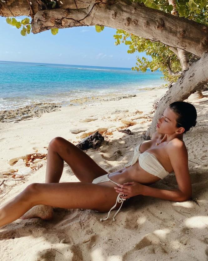 Georgia Fowler diện bikini thả dáng tuyệt mỹ trên biển - ảnh 3