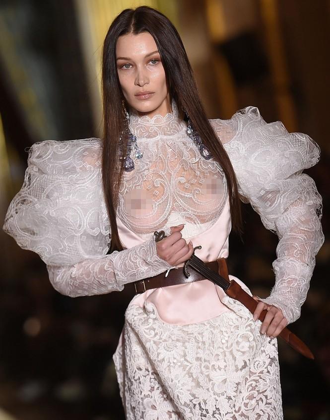 Không nội y, Bella Hadid mặc váy siêu ngắn khoe eo siêu bé - ảnh 9