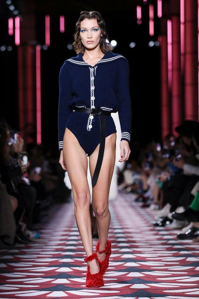 Không nội y, Bella Hadid mặc váy siêu ngắn khoe eo siêu bé - ảnh 4