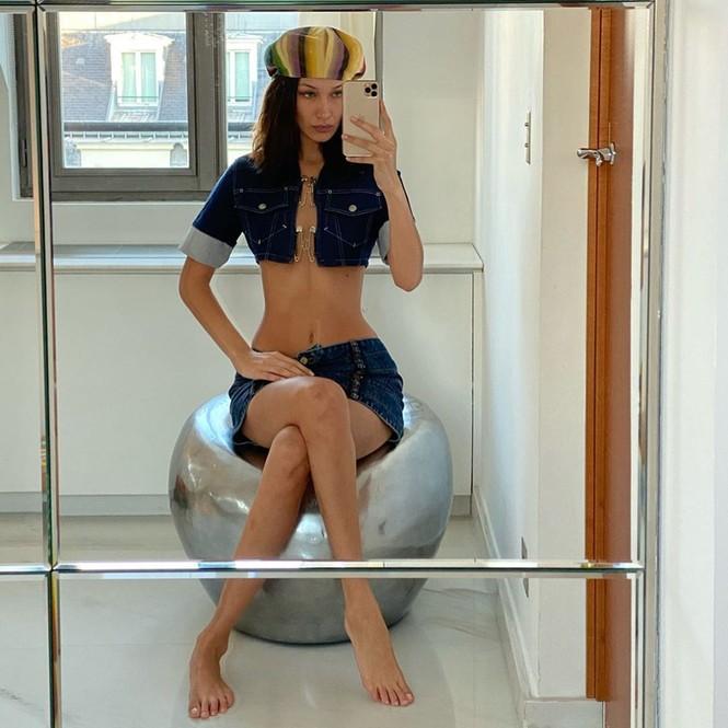 Không nội y, Bella Hadid mặc váy siêu ngắn khoe eo siêu bé - ảnh 1