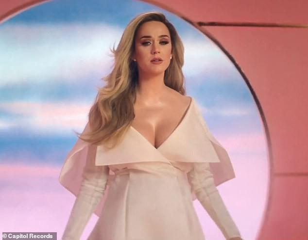 Siêu gợi cảm trong MV mới, Katy Perry mang bầu với 'cướp biển' Orlando Bloom - ảnh 4