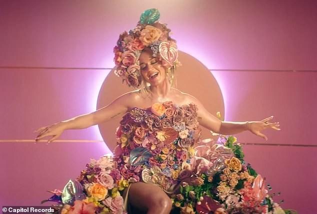 Siêu gợi cảm trong MV mới, Katy Perry mang bầu với 'cướp biển' Orlando Bloom - ảnh 10