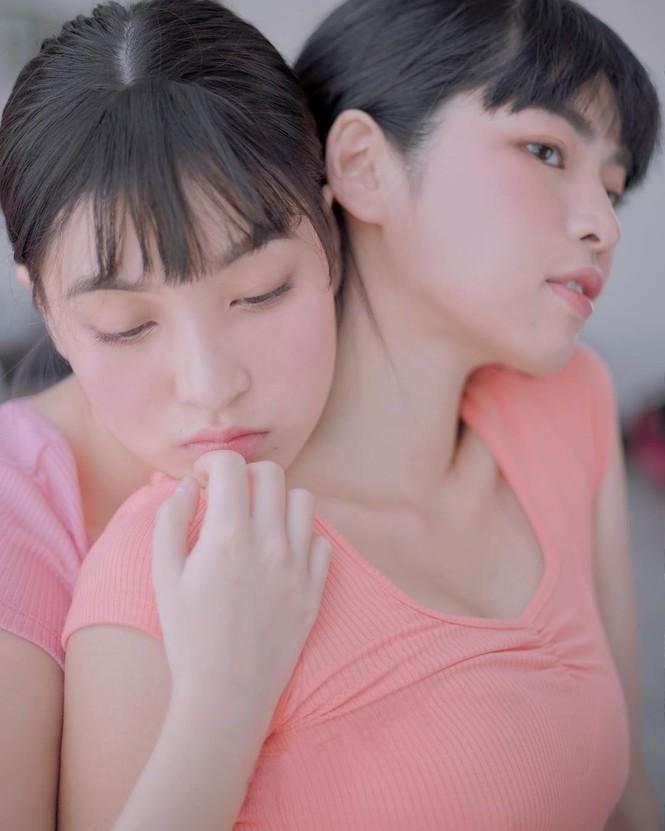 Hai 'hot girl Mắt biếc' đẹp nền nã trong loạt ảnh 'hồng hồng tuyết tuyết' - ảnh 1