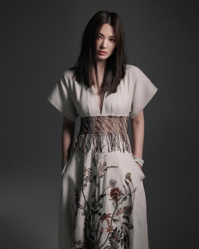 Song Hye Kyo sành điệu cực chất trên Bazaar Thái - ảnh 12