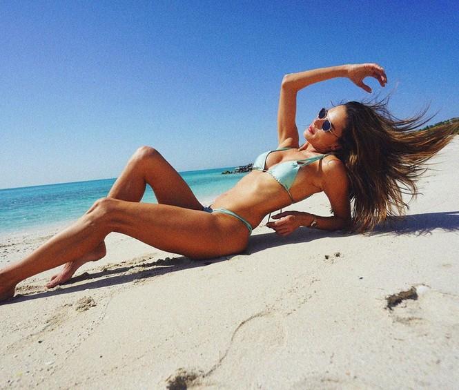 Hai siêu mẫu xứ Samba diện bikini 'nóng rực' trên biển Abu Dhabi - ảnh 1