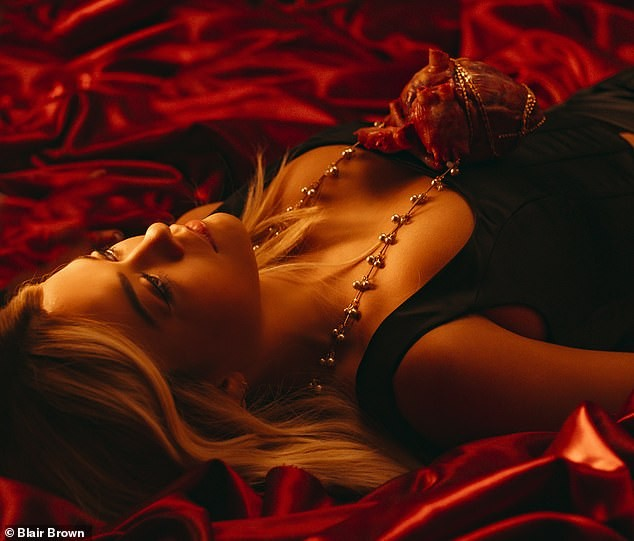 Rita Ora mặc táo bạo tôn đường cong rực lửa - ảnh 3