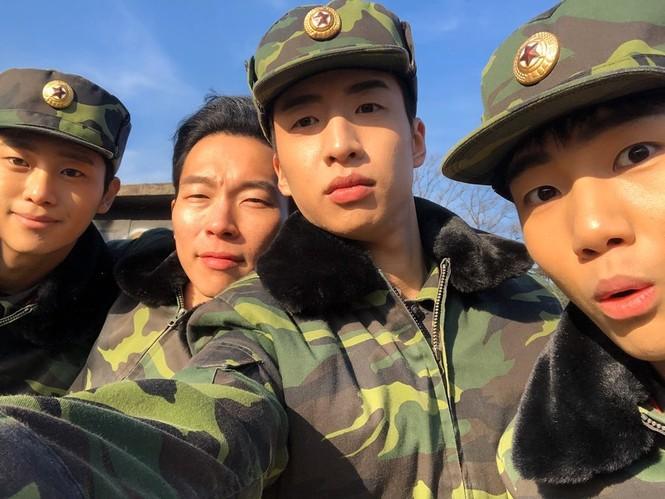 4 anh lính Triều Tiên 'Hạ cánh nơi anh' đẹp trai ngời ngời ngoài đời thực - ảnh 1