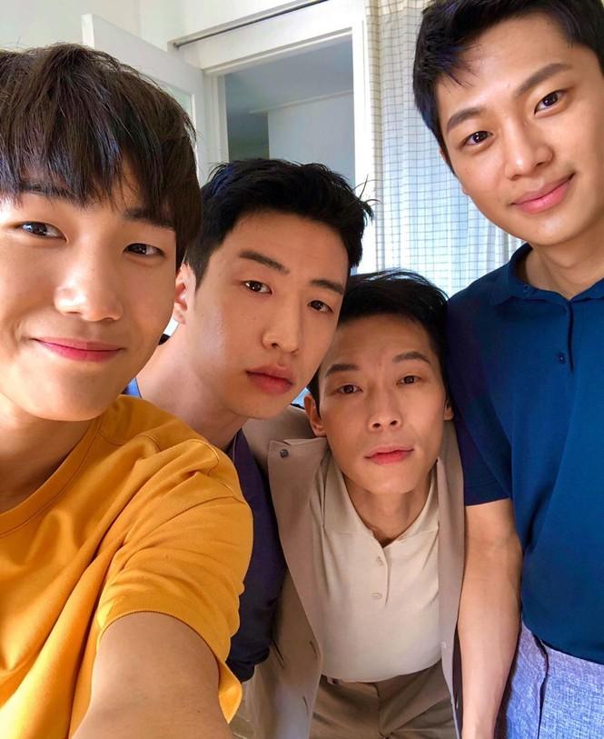 4 anh lính Triều Tiên 'Hạ cánh nơi anh' đẹp trai ngời ngời ngoài đời thực - ảnh 8