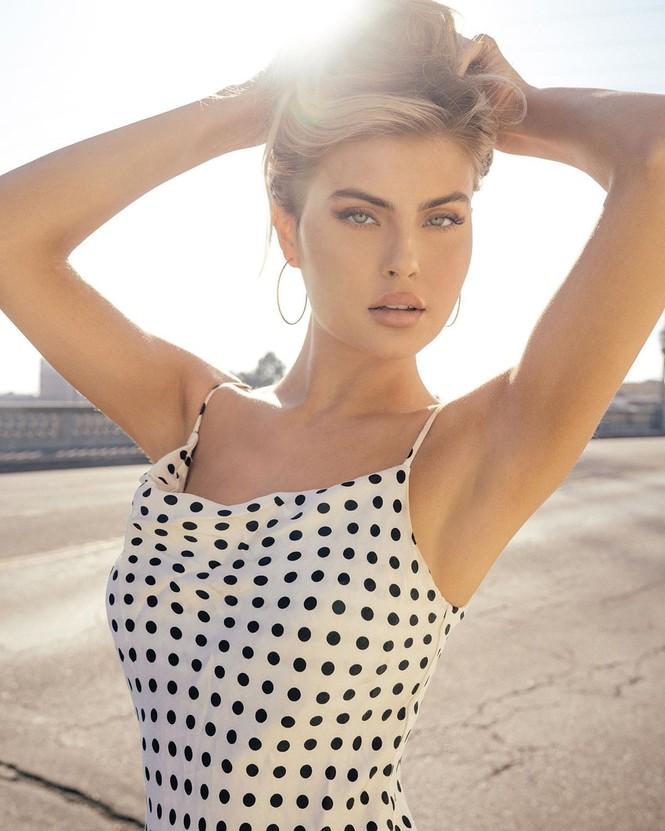 Nàng mẫu cao 1m80 Kellie Stewart hững hờ che ngực trần - ảnh 10
