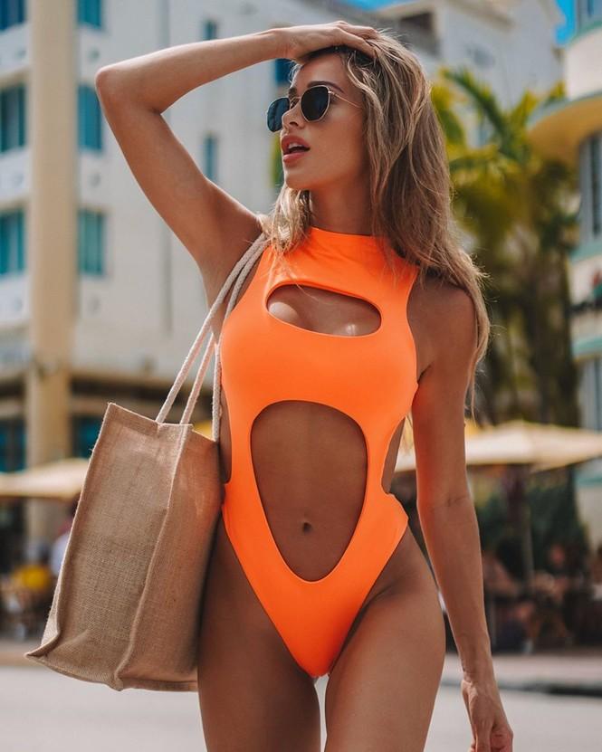 Cindy Prado vừa gây chú ý với loạt ảnh mặc áo tắm cut-out táo bạo ở biển Miami, Florida. - ảnh 1