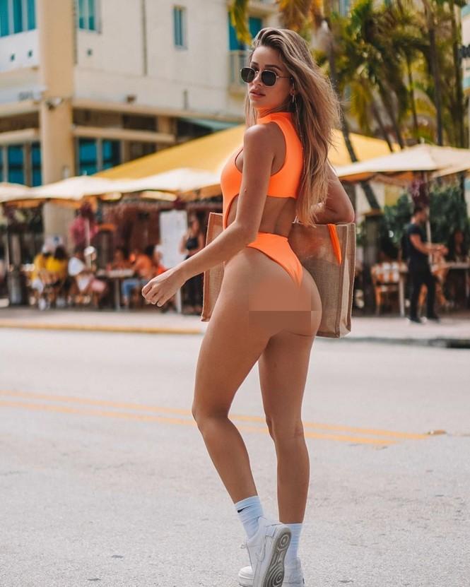 Cindy Prado vừa gây chú ý với loạt ảnh mặc áo tắm cut-out táo bạo ở biển Miami, Florida. - ảnh 6