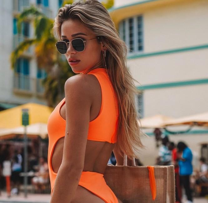 Cindy Prado vừa gây chú ý với loạt ảnh mặc áo tắm cut-out táo bạo ở biển Miami, Florida. - ảnh 4