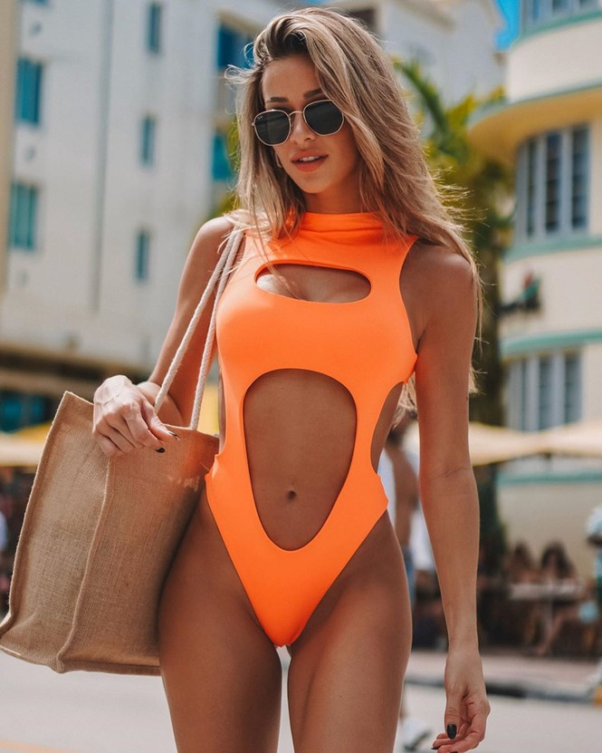 Cindy Prado vừa gây chú ý với loạt ảnh mặc áo tắm cut-out táo bạo ở biển Miami, Florida. - ảnh 5