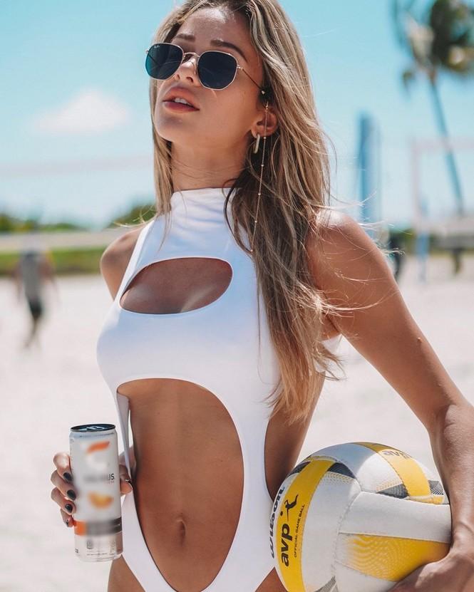 Cindy Prado vừa gây chú ý với loạt ảnh mặc áo tắm cut-out táo bạo ở biển Miami, Florida. - ảnh 7