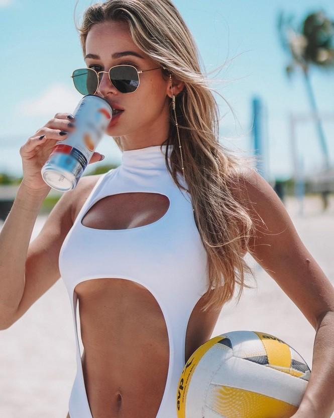Cindy Prado vừa gây chú ý với loạt ảnh mặc áo tắm cut-out táo bạo ở biển Miami, Florida. - ảnh 8