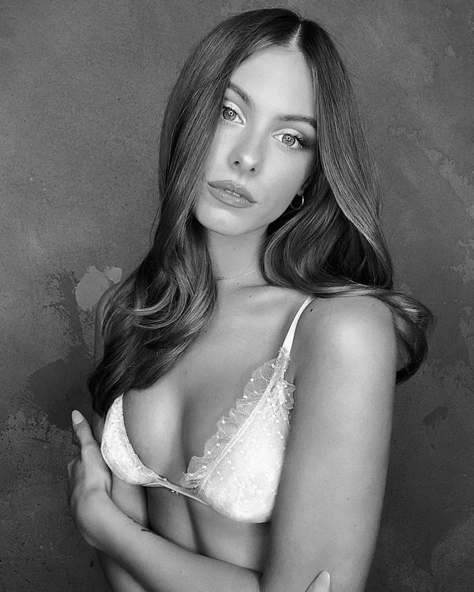 Cách ly tại nhà, người đẹp Mỹ Carmella Rose diện bikini hút mắt bên bể bơi - ảnh 9