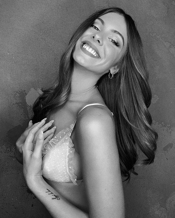 Cách ly tại nhà, người đẹp Mỹ Carmella Rose diện bikini hút mắt bên bể bơi - ảnh 10