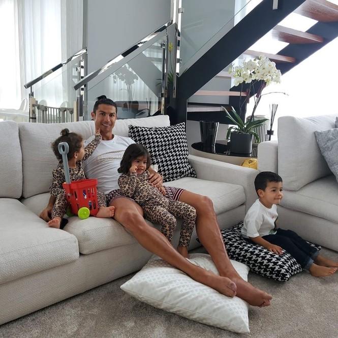 Ronaldo được bạn gái xinh đẹp cắt tóc tại nhà mùa dịch COVID-19 - ảnh 2