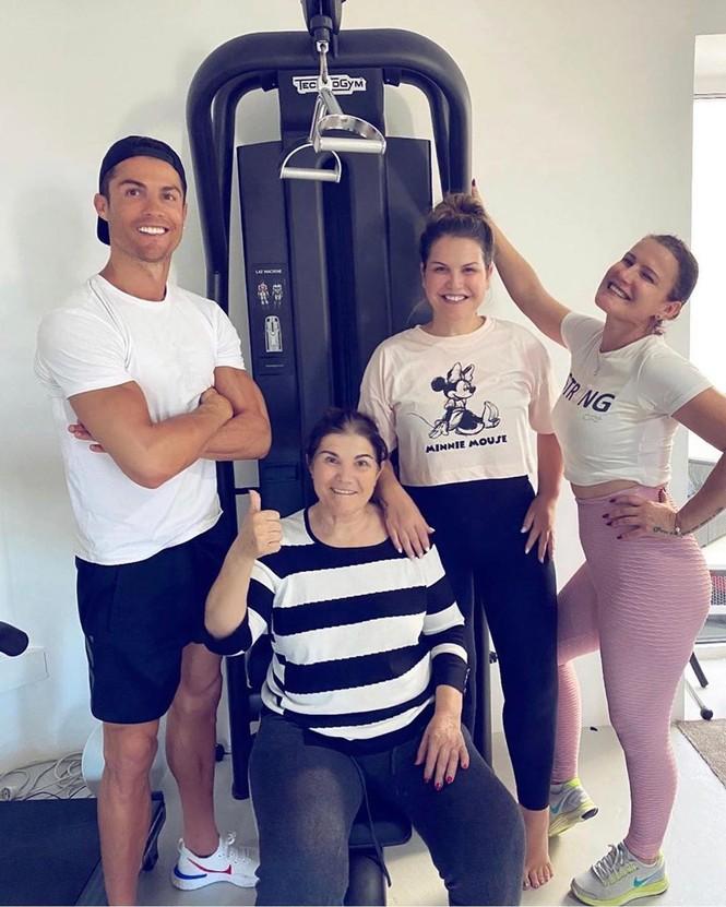 Ronaldo được bạn gái xinh đẹp cắt tóc tại nhà mùa dịch COVID-19 - ảnh 4