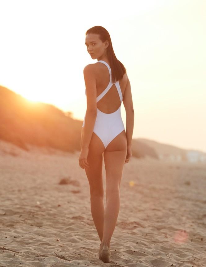 Alicja Tubilewicz stars in Max Mara Leisure Beachwear spring-summer 2020 lookbook - ảnh 6
