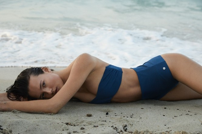 Alicja Tubilewicz stars in Max Mara Leisure Beachwear spring-summer 2020 lookbook - ảnh 2