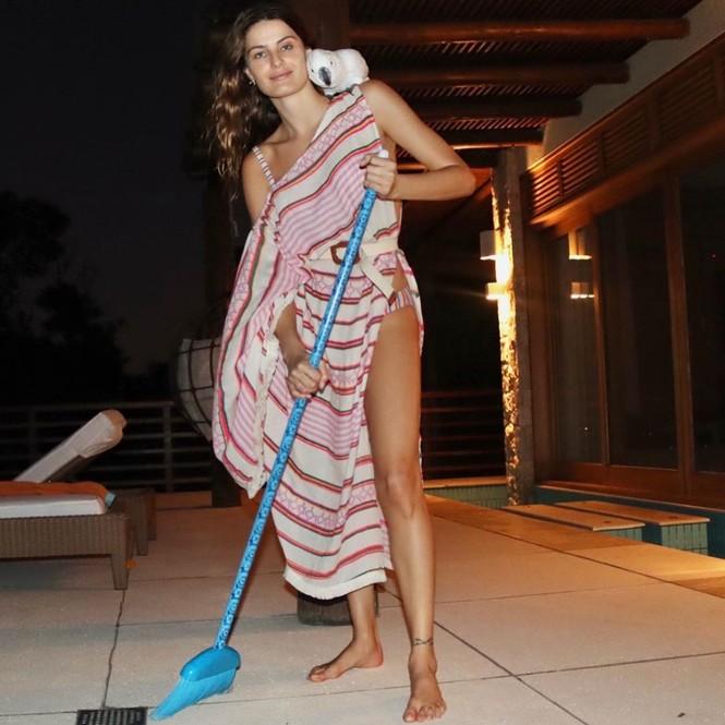 Cách ly tránh dịch, siêu mẫu xứ Samba ăn mặc gợi cảm để... lau dọn nhà  - ảnh 5
