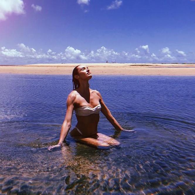 Thiên thần nội y Nam Phi siêu quyến rũ khi chụp ảnh tự cách ly ở nhà - ảnh 7