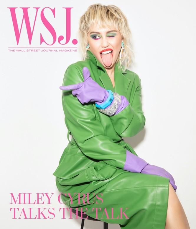 Miley Cyrus đeo găng tay, khẩu trang chống dịch chụp ảnh thời trang - ảnh 1