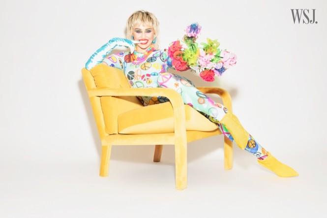 Miley Cyrus đeo găng tay, khẩu trang chống dịch chụp ảnh thời trang - ảnh 4