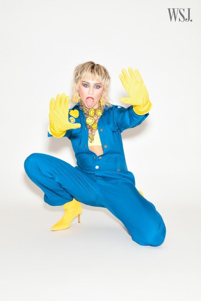 Miley Cyrus đeo găng tay, khẩu trang chống dịch chụp ảnh thời trang - ảnh 9