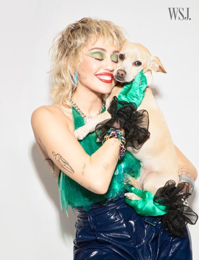 Miley Cyrus đeo găng tay, khẩu trang chống dịch chụp ảnh thời trang - ảnh 6