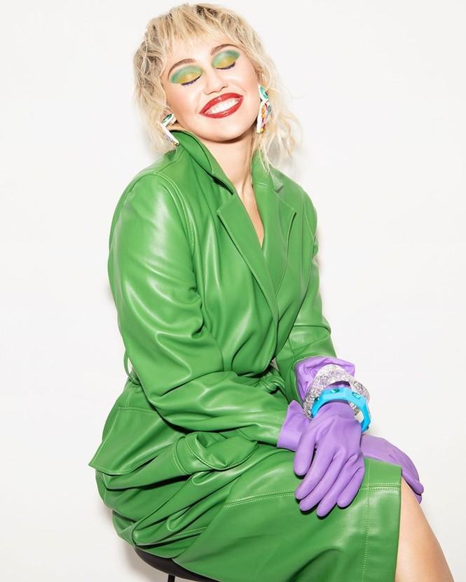 Miley Cyrus đeo găng tay, khẩu trang chống dịch chụp ảnh thời trang - ảnh 2