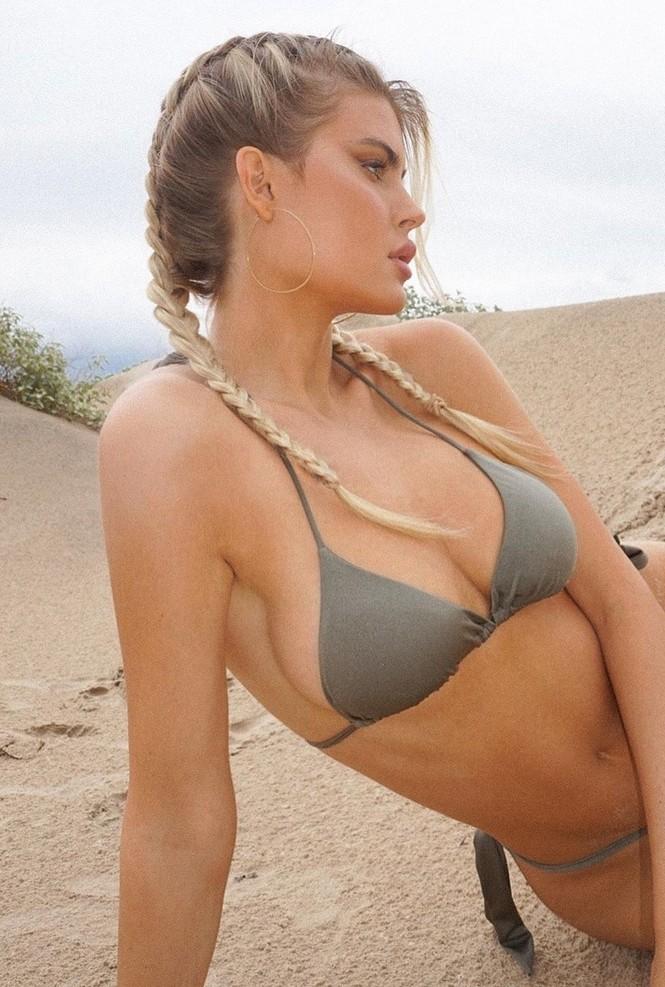 Mỹ nhân 1m80 Kellie Stewart diện bikini tôn ngực đầy quyến rũ - ảnh 2