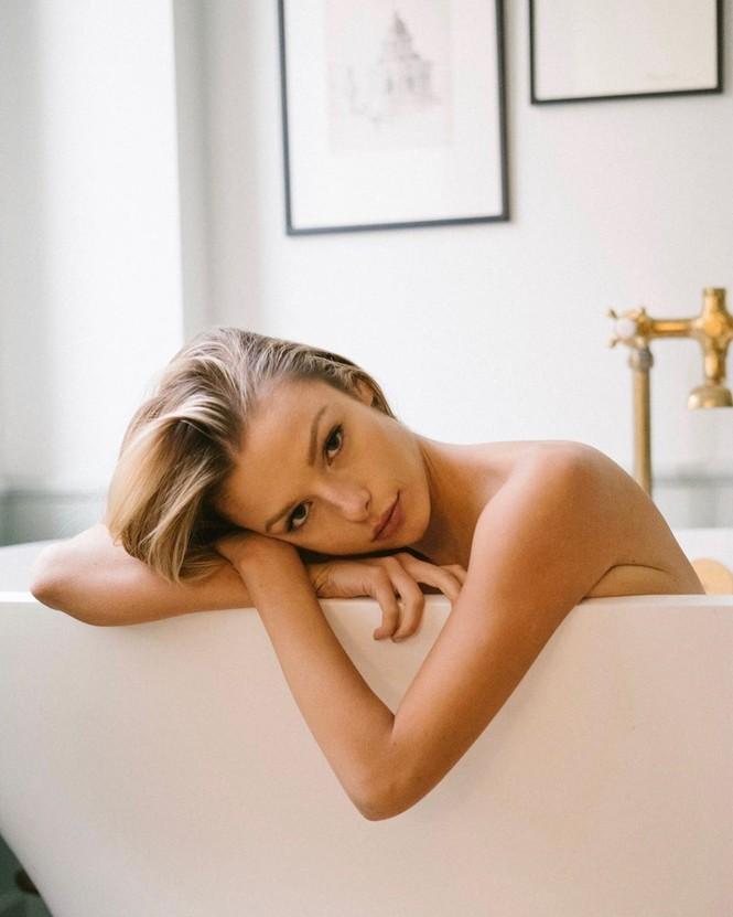 Người mẫu 9x Madi Teeuws táo bạo cởi áo che ngực đầy - ảnh 1