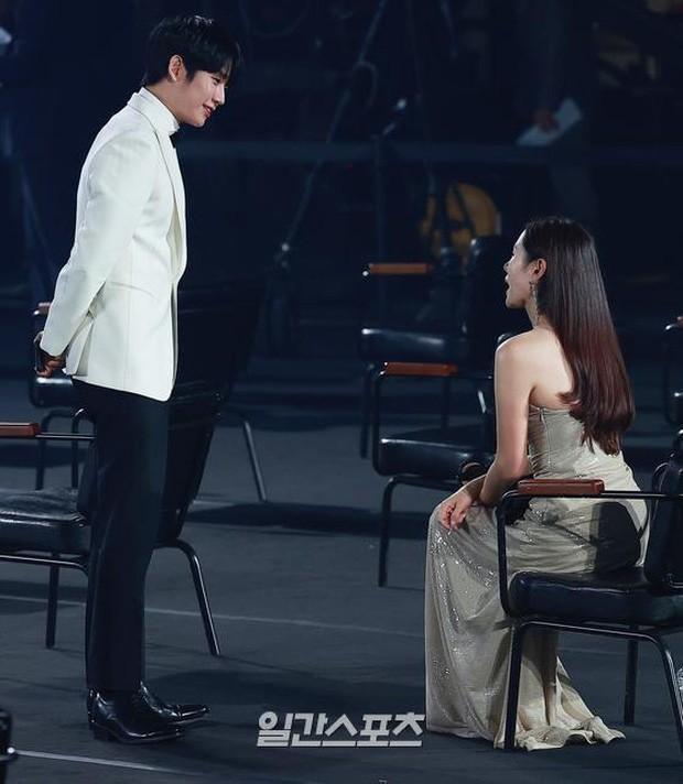 Mỹ nhân 'Hạ cánh nơi anh' Son Ye Jin siêu gợi cảm, nhưng Hyun Bin chỉ ngắm từ xa - ảnh 13