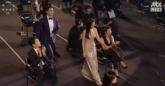 Mỹ nhân 'Hạ cánh nơi anh' Son Ye Jin siêu gợi cảm, nhưng Hyun Bin chỉ ngắm từ xa - ảnh 6