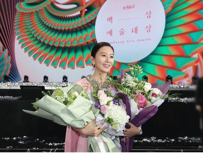 Bà cả 'Thế giới hôn nhân' Kim Hee Ae mặn mà gợi cảm ở tuổi 54 - ảnh 25