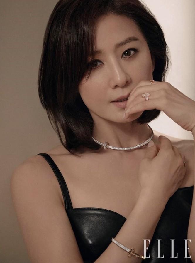Bà cả 'Thế giới hôn nhân' Kim Hee Ae mặn mà gợi cảm ở tuổi 54 - ảnh 5