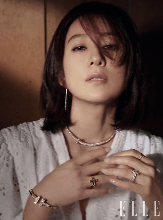 Bà cả 'Thế giới hôn nhân' Kim Hee Ae mặn mà gợi cảm ở tuổi 54 - ảnh 8