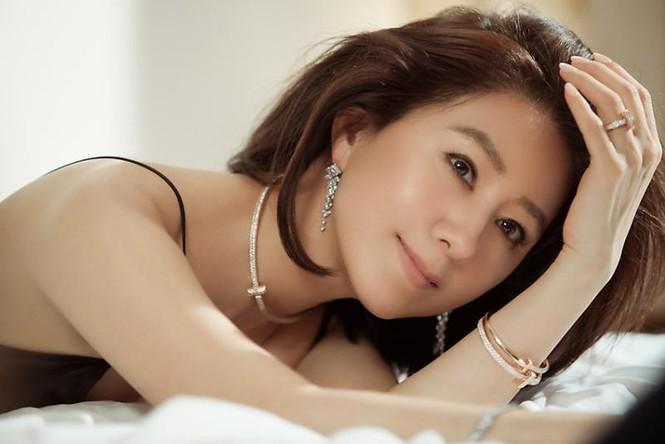 Bà cả 'Thế giới hôn nhân' Kim Hee Ae mặn mà gợi cảm ở tuổi 54 - ảnh 1