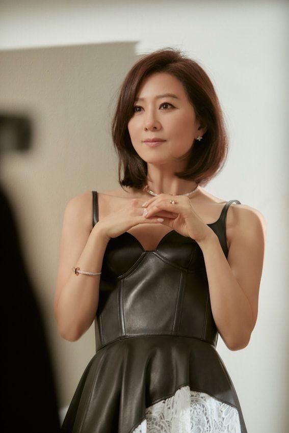 Bà cả 'Thế giới hôn nhân' Kim Hee Ae mặn mà gợi cảm ở tuổi 54 - ảnh 7