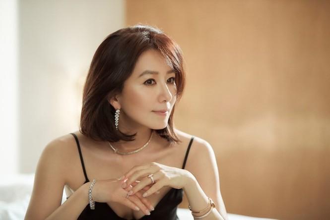 Bà cả 'Thế giới hôn nhân' Kim Hee Ae mặn mà gợi cảm ở tuổi 54 - ảnh 2
