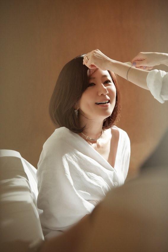 Bà cả 'Thế giới hôn nhân' Kim Hee Ae mặn mà gợi cảm ở tuổi 54 - ảnh 22