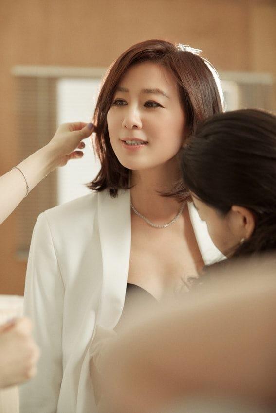 Bà cả 'Thế giới hôn nhân' Kim Hee Ae mặn mà gợi cảm ở tuổi 54 - ảnh 21