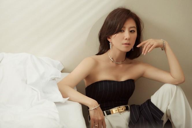 Bà cả 'Thế giới hôn nhân' Kim Hee Ae mặn mà gợi cảm ở tuổi 54 - ảnh 6