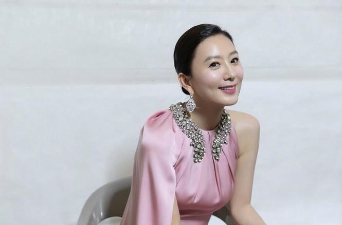 Bà cả 'Thế giới hôn nhân' Kim Hee Ae mặn mà gợi cảm ở tuổi 54 - ảnh 26