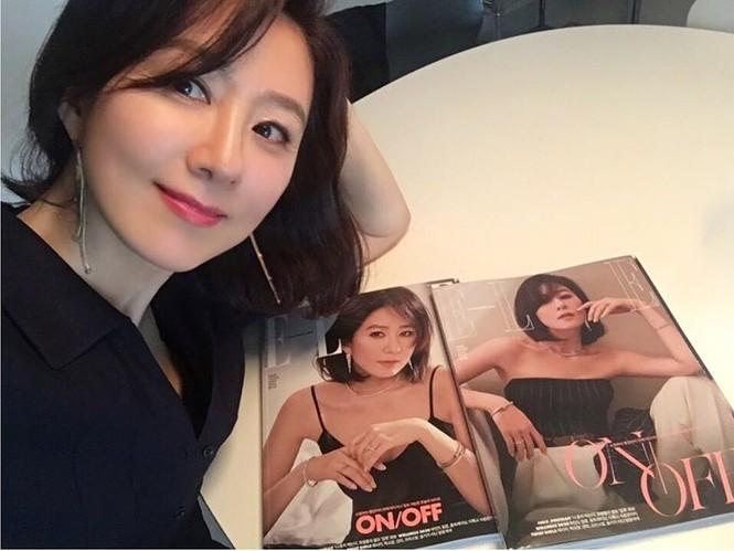 Bà cả 'Thế giới hôn nhân' Kim Hee Ae mặn mà gợi cảm ở tuổi 54 - ảnh 24