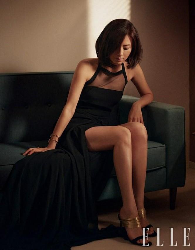 Bà cả 'Thế giới hôn nhân' Kim Hee Ae mặn mà gợi cảm ở tuổi 54 - ảnh 12