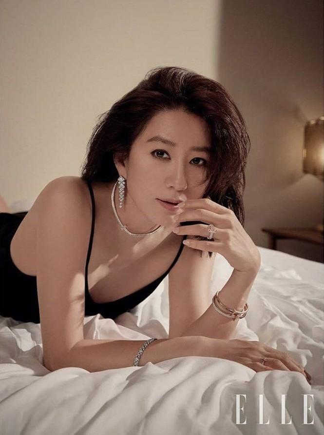 Bà cả 'Thế giới hôn nhân' Kim Hee Ae mặn mà gợi cảm ở tuổi 54 - ảnh 3